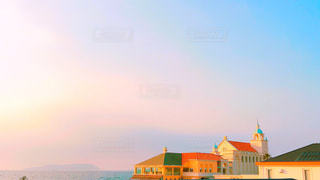 海の上の結婚式場と夕景の写真・画像素材[1163589]