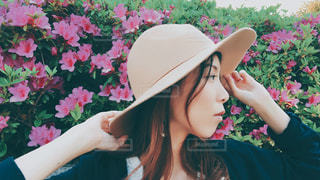 帽子をかぶっている女性の写真・画像素材[1168613]
