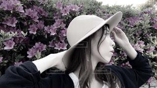 帽子をかぶった女性の横顔の写真・画像素材[1168635]