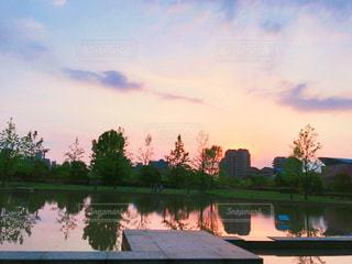 夕焼け空とリフレクションの写真・画像素材[1168694]