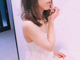お化粧をしている女性の写真・画像素材[1182417]
