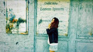 建物の前に立っている女性の写真・画像素材[1183966]