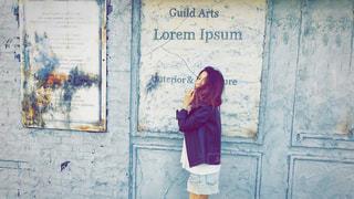 建物の前に立っている女性の写真・画像素材[1183967]