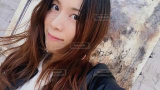 selfie を取る女性の写真・画像素材[1204088]