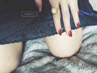 指輪と、ネイルと、ワンピースの写真・画像素材[1234669]