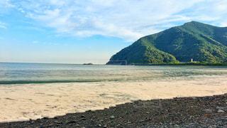 背景の山とビーチの写真・画像素材[1291432]