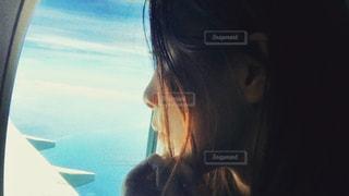 窓の外を見つめる女性の写真・画像素材[1314641]
