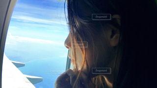 窓の外を見つめる女性の写真・画像素材[1314642]