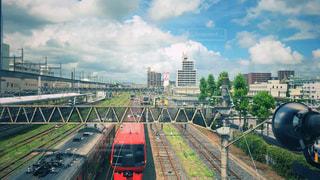街中の線路上の列車の写真・画像素材[1354020]