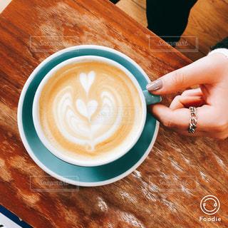 木製テーブルの上のコーヒー カップの写真・画像素材[1042061]