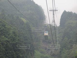 山の中腹にトラフィック ライトの写真・画像素材[1059469]