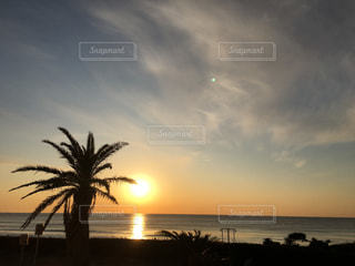 水の体に沈む夕日の写真・画像素材[1070776]
