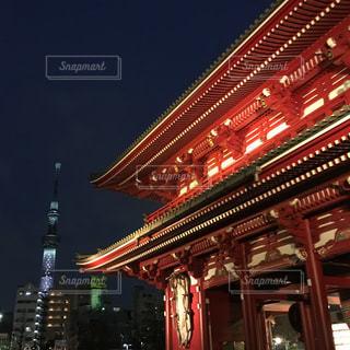 夜の浅草寺宝蔵門とスカイツリーの写真・画像素材[1081378]