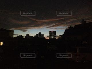 夜の街に沈む夕日の写真・画像素材[1043207]