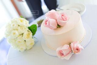 皿の上の白いウエディング ケーキの写真・画像素材[1155148]
