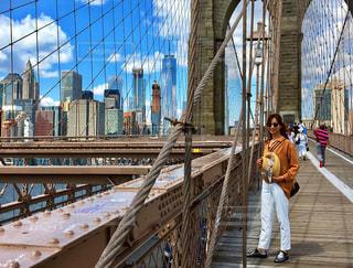 ブルックリン橋の上に立っている人の写真・画像素材[1049868]