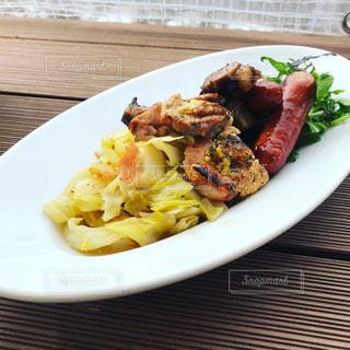 テーブルの上に食べ物のプレートの写真・画像素材[1043245]