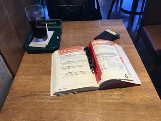 カフェにて勉強中の写真・画像素材[1068767]
