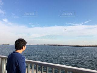 飛行機を見る男性の写真・画像素材[1069157]