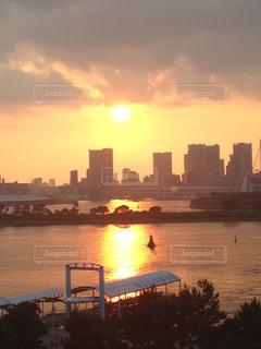 夕陽の都会の写真・画像素材[1043403]
