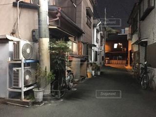 古い住宅街と室外機の写真・画像素材[1043351]