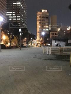 夜の公園とカップルの写真・画像素材[1043357]