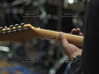 ギターを弾くの写真・画像素材[1074869]