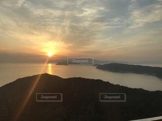沈む夕陽。友ヶ島を望むの写真・画像素材[1043806]