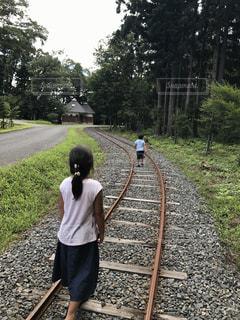 線路を歩く子ども 田舎道の写真・画像素材[1043896]