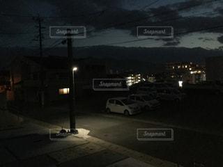 夜の街の景色 住宅街の駐車場 - No.1045490