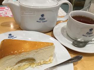 クローズ アップケーキの皿とティーカップの写真・画像素材[1046328]