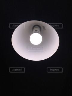 暗闇の中で光っている電球 - No.1046329