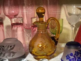 飾り棚にガラスの香水瓶の写真・画像素材[1048801]