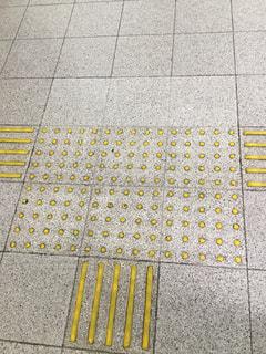 床に黄色 - No.1050278