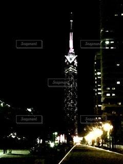夜のライトアップされたタワー - No.1078658