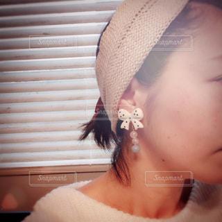 アクセサリーをつける女性の写真・画像素材[1068603]
