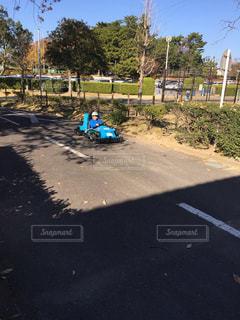 ゴーカートに乗る子供の写真・画像素材[1044462]