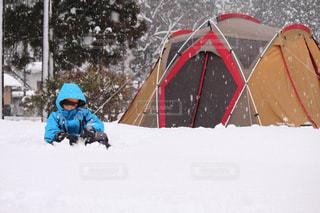 雪中キャンプの子供の写真・画像素材[1044527]