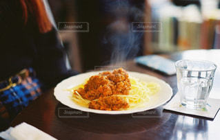近くのテーブルの上に食べ物のプレートの写真・画像素材[1045287]