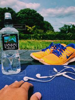 ピクニック用のテーブルの上に水のボトル - No.1044104
