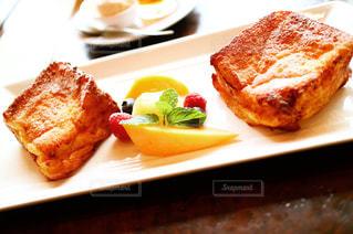 テーブルの上に食べ物のプレートの写真・画像素材[1044306]