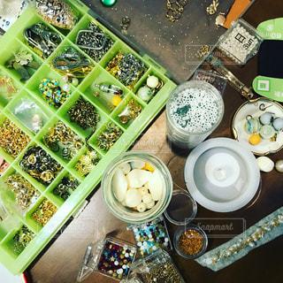 テーブルの上のパールやアクセサリーパーツの写真・画像素材[1044319]