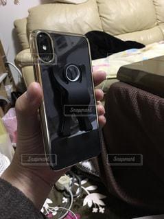 携帯電話を持っている人の写真・画像素材[1047710]