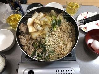 テーブルの上に食べ物のプレート - No.1045514