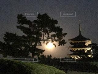 クロック タワーは夜ライトアップの写真・画像素材[1050347]