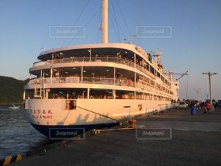 朝日を浴びる大型船の写真・画像素材[1058497]