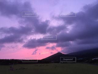 赤く染まる夕陽の写真・画像素材[1058512]