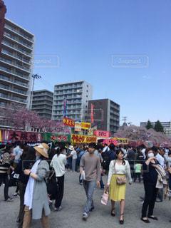観衆の前で通りを歩く人々 のグループの写真・画像素材[1044944]