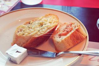 テーブルの上に食べ物のプレートの写真・画像素材[1046819]