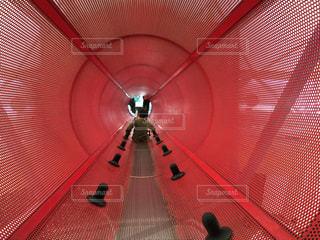 遊具の赤いトンネルの写真・画像素材[1050462]